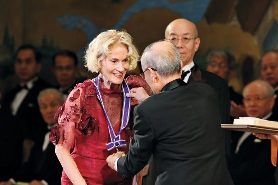 Nussbaum receiving her Kyoto Prize medal